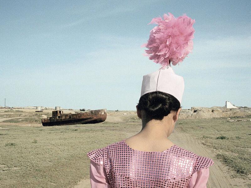 """Photographie de Claudine Doruy - Série """" Loulan Beauty"""" - L'ancien port d'Aralsk, Kazakhstan 2003"""