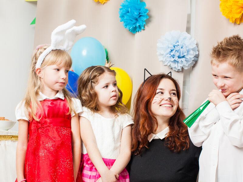 Jeune femme avec des enfants