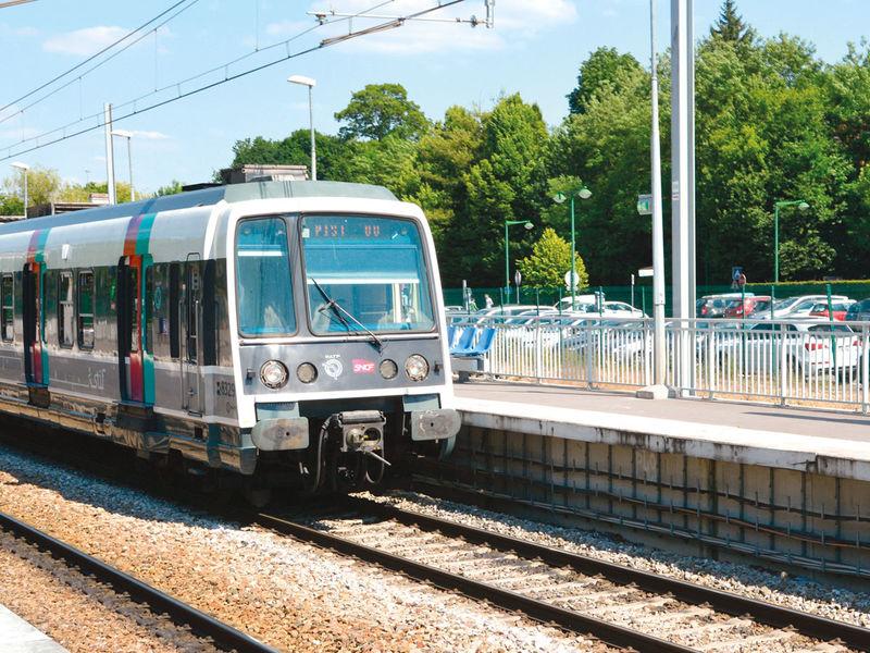 Le RER B entre en gare de Gif-sur-Yvette.